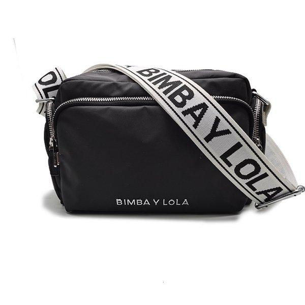 Etichetta in argento nero, cintura bianca e caratteri neri