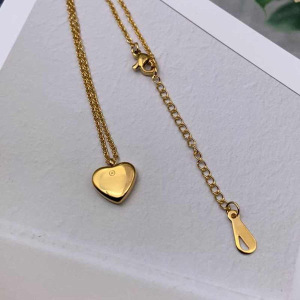 top popular 3 colors extravagant Design necklace High Polished V Letter fashion love heart titanium steel women jewelry wholesale 2021