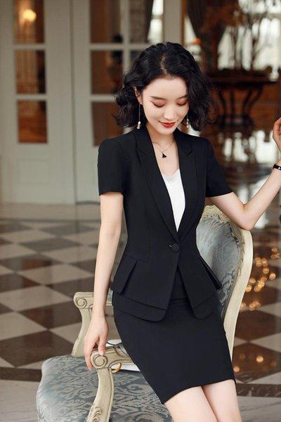 manteau noir et jupe