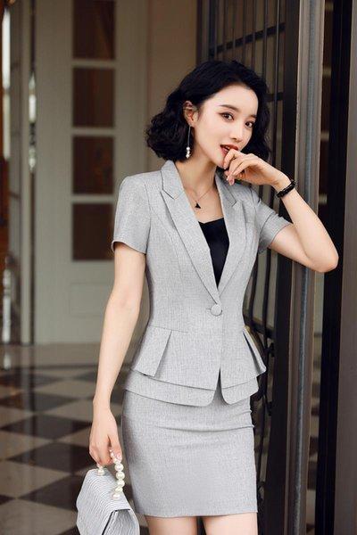 manteau gris et jupe
