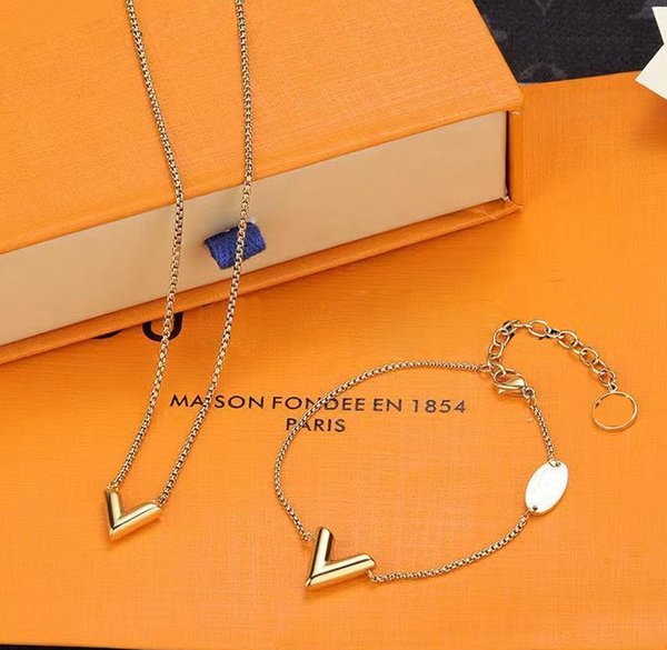 best selling Designer Jewelry Earrings Pendant Charm Bracelets Gold Love V Necklace Women Rings Bracelet Bangles M61084 Luxury Pendants Titanium lovers chain Heart With Box