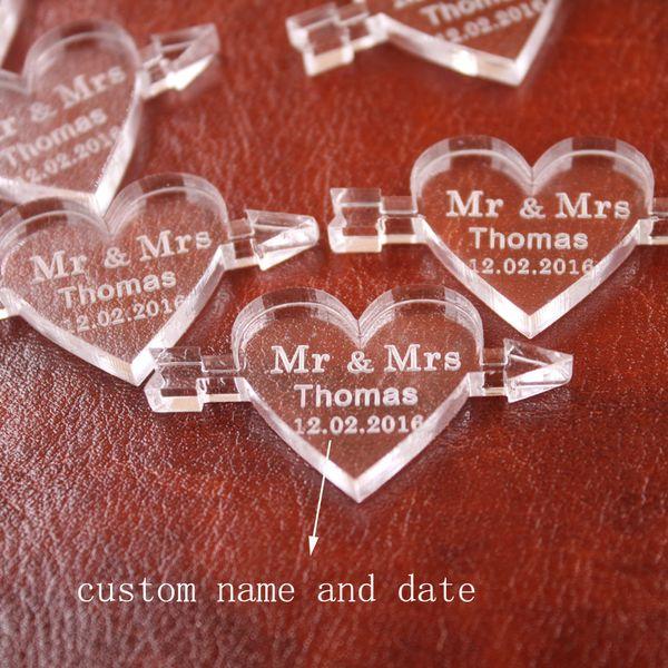 Al por mayor- 50 piezas personalizadas grabado claro MR MRS apellido flecha a través del amor corazón recuerdos de la boda regalos decoración de la mesa favores