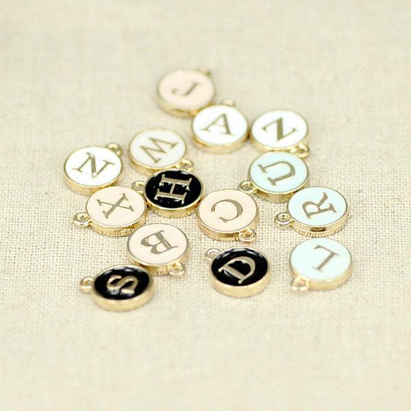 26 letras estampadas colgantes iniciales del encanto GOLD plateado blanco goteo redondo colgante de letra DIY para collar 4 colores para las opciones