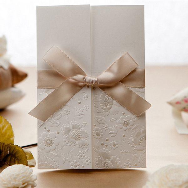 Großhandels-Laser-geschnittene Hochzeit 30pcs / Ereignis-Einladungs-Karte Delicated hohles prägeartiges Tri-falten mit elegantem Band-Bogen kundengebundenen Drucken