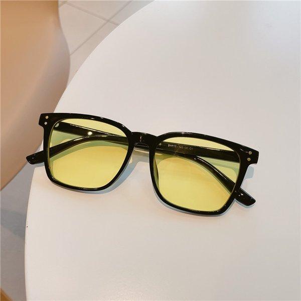 Película amarilla enmarcada negra