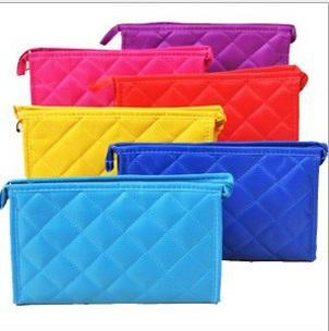 top popular Rhombus Design Zip Closure Make Up Cosmetic Bag Pocket With Mirror Can Customize Colors Small Size 2021