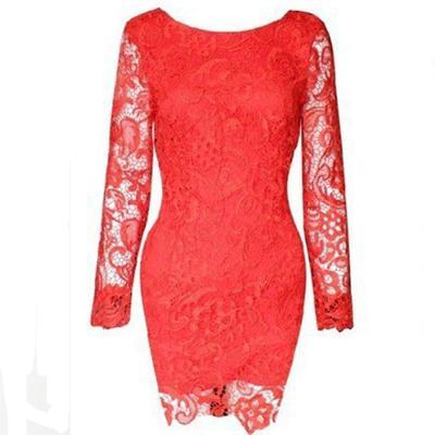 кружевном платье красного