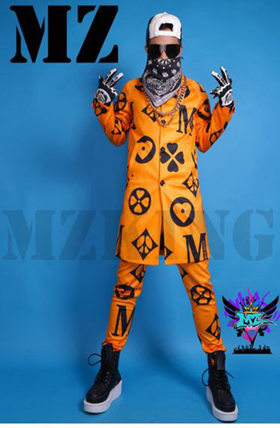 Boate de cantor masculino na moda na Europa e a pista parece laranja impressão longos trajes de blusão. S - 6 xl