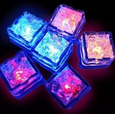 LED Ice Cube Sensore di acqua che cambia Cubi Luce Decorazione romantica Colorful Glow Ice Flash Light Cubo luminoso per feste Forniture YFA209