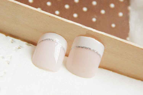 Or glitter petit rond manucure faux ongles style court pour une