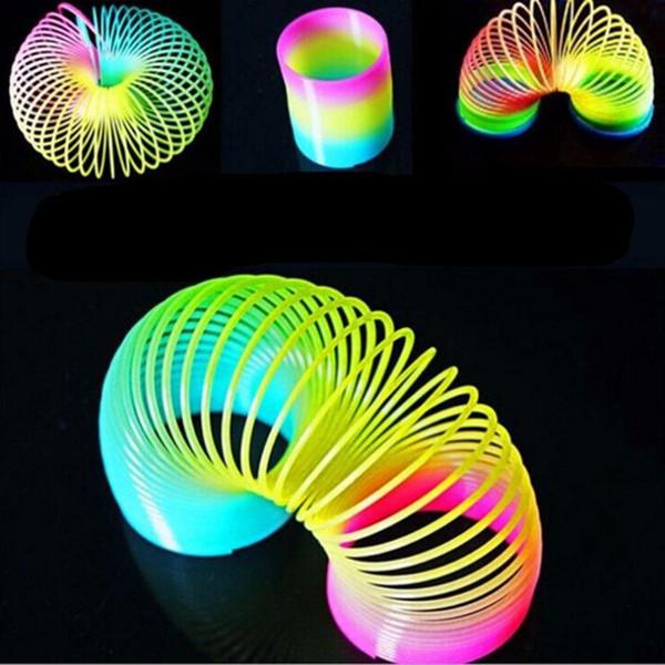 8.7 * 9 cm Grande Magia Plástica Slinky Rainbow Spring Kids Toy Colorido Divertido Juguete Clásico Para Los Niños Regalo Venta Caliente