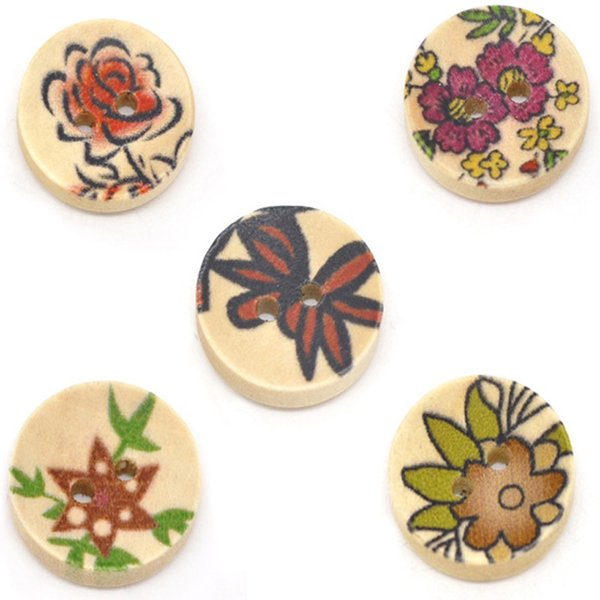 Toptan Acces Karışık Doğal Renk Oyma Çiçek Desen Yuvarlak Ahşap Düğme 15mm-100 adet Ahşap Düğme Ahşap Boncuk DIY Takı
