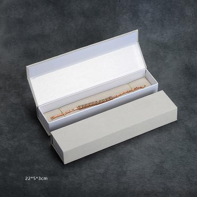 Lange Armbandbox