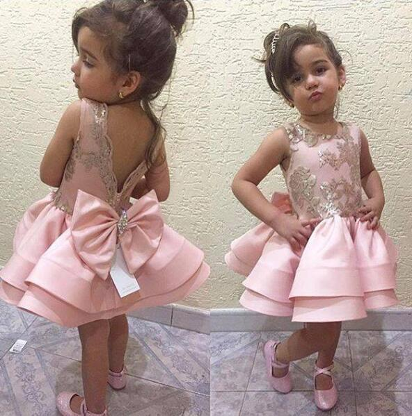 Abiti prima comunione rosa per bambine V Cristalli senza schienale Perline Big Bow Breve Flower Girl Abiti Applique oro per bambini