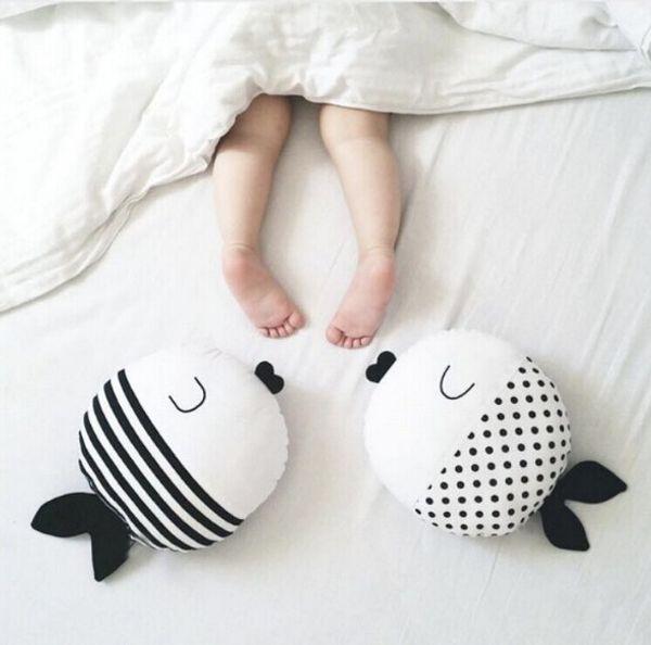 45 cm Schwarz Und Weiß Fisch Kissen Kuss Fisch Tupfen Fisch Kissen Puppe zu beschwichtigen Begleiten Schlaf Puppe Kinderzimmer Dekor