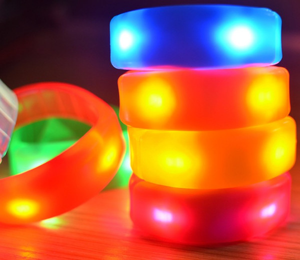 2017 Nueva pulsera luminosa de plástico LED, pulsera de control de sonido de color real opaco, pulsera de destello de vibración LLFA