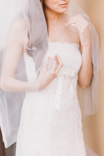 Em Estoque Simples Elegante Venda Quente Nova Camada De Champanhe Branco Marfim De Alta Qualidade Véu De Noiva Véu De Comprimento Da Ponta Do Dedo Com Pente De Liga.
