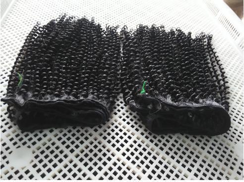Cheveux malais en cuticled dessinés à la main, trame serrée et infime boucle, artisanat fait à la machine, qualité très fluide et douce! Sensation rétro!