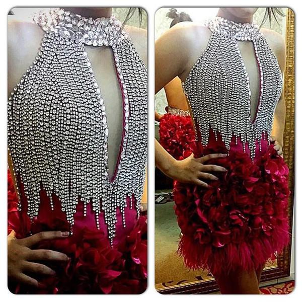 Vestidos de cóctel de plumas rojos cortos atractivos Ojo de la cerradura del cuello de cristal Vestidos de noche Sin mangas Con cuentas Mini vestido de fiesta