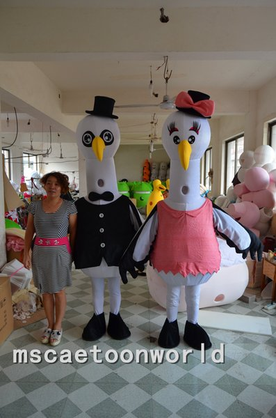 Joli blanc aigrette oiseau mascotte costume personnage de dessin animé mascotte fantaisie chapeau noir rose arc aiguisé bouche