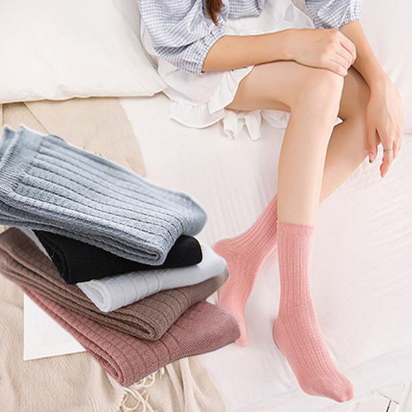 Девушки в цветных длинных цветных носках