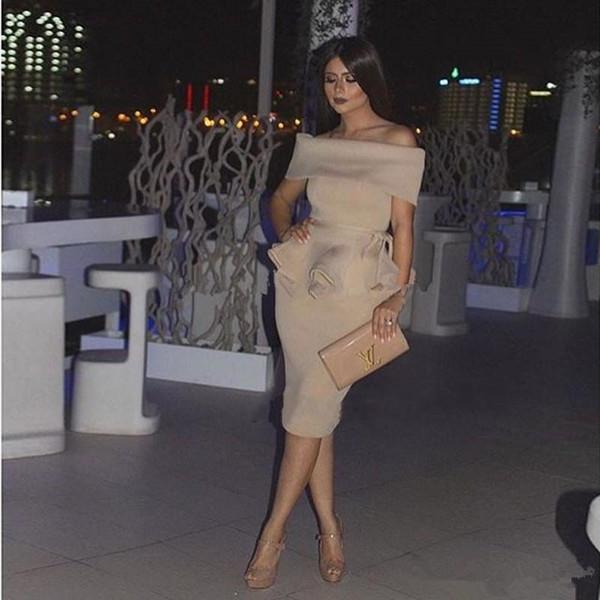 Cocktail Champagne Nude stain Dubai Barato Partido Vestidos Árabes Mulheres Fora Do Ombro Em Linha Reta Curto Vestido de Baile Médio Oriente Formal Vestidos