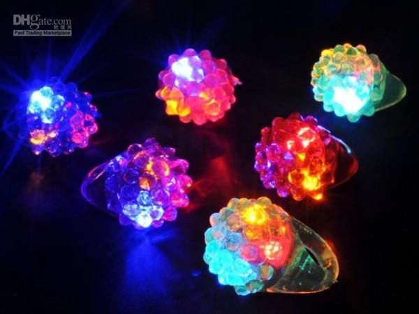 Anillo de luz resplandeciente de fresa LED destellante Barra de anillo de dedo Juguetes rave de DJ Encienda el anillo intermitente de goma elástica para la fiesta de graduación Regalos de Navidad