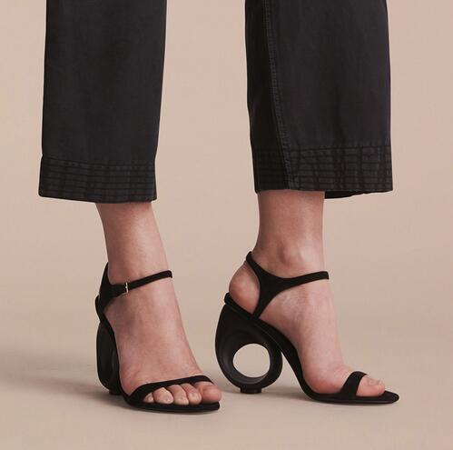 2017 Designer Noir Beige Suede Runway Chaussures Femme D'été Boucle Strap Pompes Strange Fretwork Heel Sandals Femmes