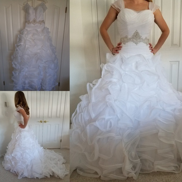 2019 White Organza Ruffles Pleated Ball Gown Wedding Dresses Capped Sleeve Strapless Sweetheart Crystal Beaded Belt Tiered Skirts Bridal Gow