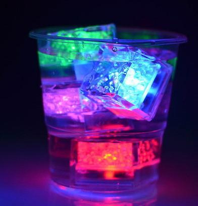 Noel 2.7 cm LED Buz Küpleri Su Sensörü Köpüklü Aydınlık Parlayan Içilebilir Parti Düğün Bar Dekorasyon Prop Şarap Bardağı