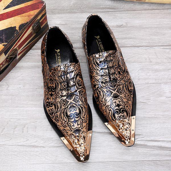 Nuevo negocio de cuero durante la primavera y el otoño. Ayuda baja para tallar patrones o diseños en zapatos de cuero para hombres en madera