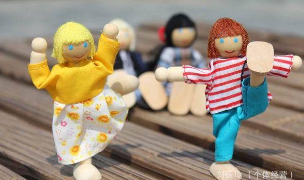 2016 New Lovely Wooden Dolls 2/4/6 Membri della famiglia Genitori marionette Giocattoli Set per Bambini Bambini fingono strumenti di storia