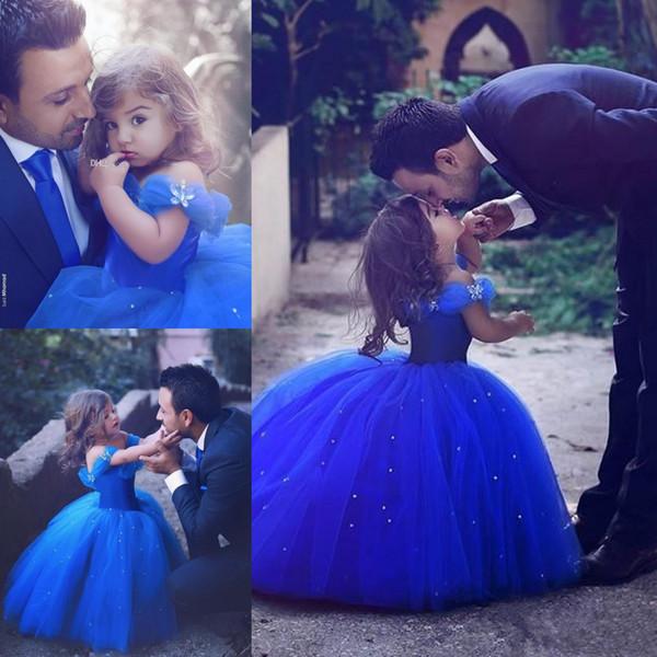 Azul Royal Até O Chão Comprimento de Tule Vestidos de Baile Meninas Vestidos Pageant fora Do Ombro Inchado Frisado Vestido da menina de Flor Crianças Vestido de Princesa BA3927