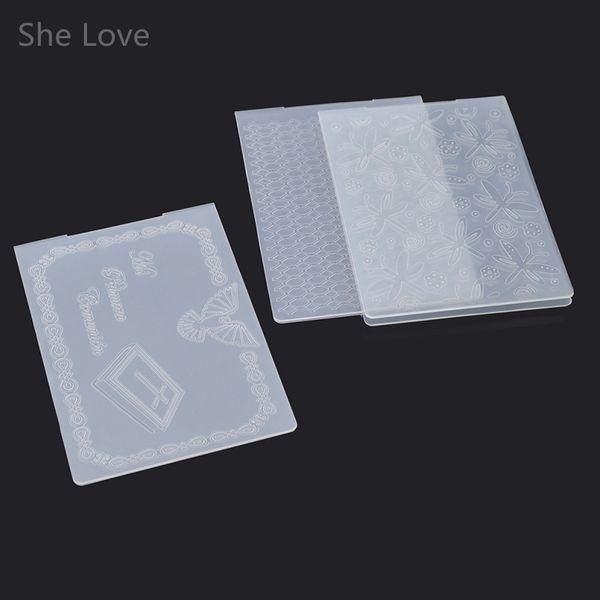 Al por mayor-Ella ama la carpeta de grabación en relieve de plástico al azar para Scrapbook DIY Scrapbook Decoración de papel Craft Tarjeta de herramienta de fabricación