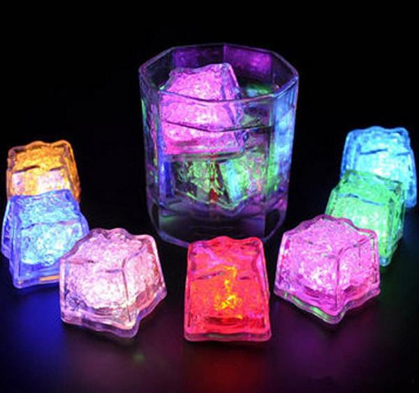 LED Flash Cube De Glace Mini Romantique Cube Lumineux Actif À L'eau Lumière Artificielle Auto Couleurs Cristal Ice Cube pour Barres De Mariage De Fête De Noël