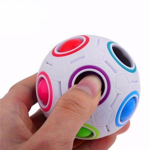 Regali creativi del giocattolo di torsione di puzzle del cubo magico a forma di palla arcobaleno e bianco sferico