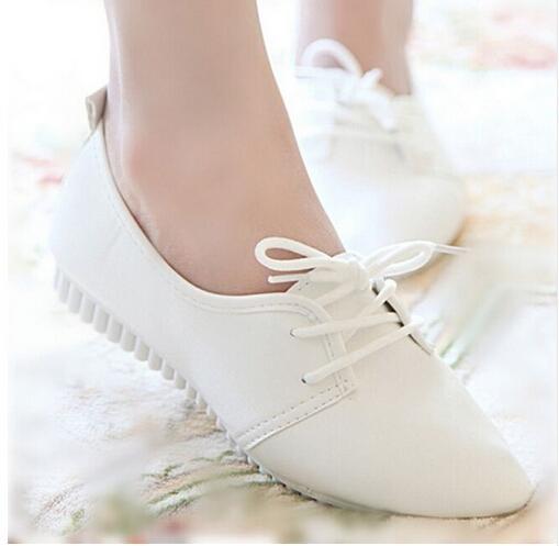 Nouveau Mode Femme Appartements Casual Chaussures Blanc En Cuir Femelle Mocassins Laçage Doux Mocassins Chaussures Mère Infirmière Travail Flats