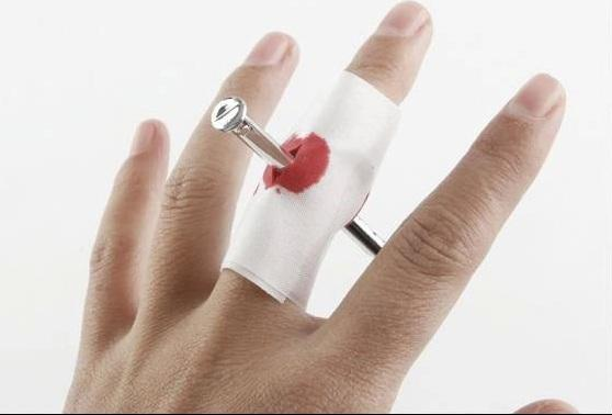 Factory wholsale Nail Through Finger Bleed Trick Prank Thumb Bloody Bandage Halloween Prop Joke party / birthday funny show as funny gift