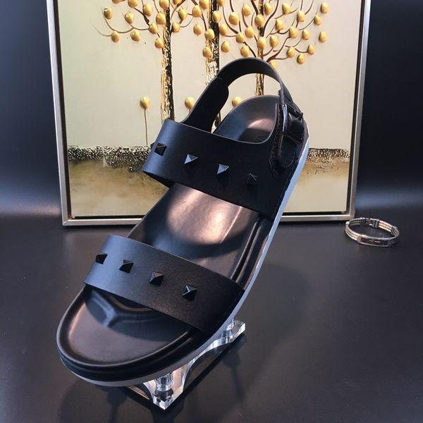 2017 Nuevo mens zapatillas de diapositivas negro con espigas moda verano al aire libre de cuero genuino sandalias de playa casa mocasines