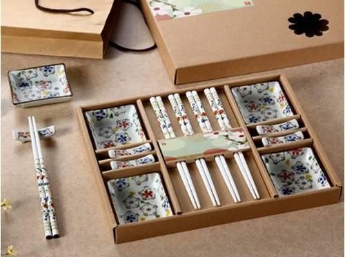 Set de regalo de 4 platos de cerámica japonesa Sqaure sushi para 4 personas con palillos de madera y soporte Lucky Flower Pattern
