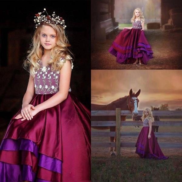 Yüksek Kaliteli Saten Katmanlı Kızlar Pageant Törenlerinde 2017 v Boyun Küçük Çiçekler Aplikler Yüksek Düşük Bordo Mor Çiçek Kız Elbise Düğün İçin