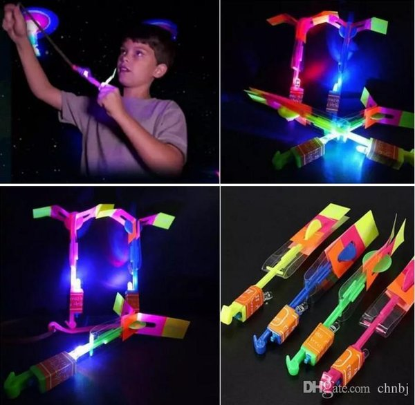 200pcs helicóptero intermitente impresionante LED luz flecha cohete helicóptero giratorio volando lado del juguete divertido regalo rojo y azul doble flash