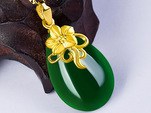 Gold set with green jade necklace The bubble-shaped orchids (blooming flowers). Necklace pendant.
