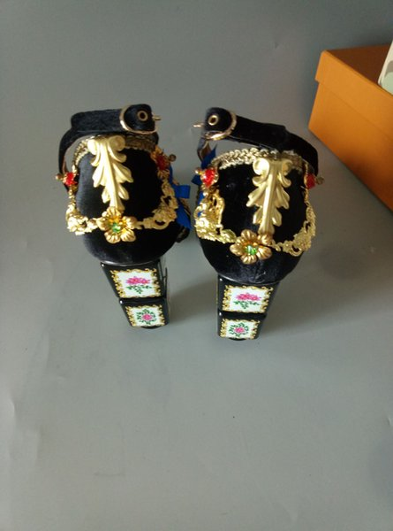 The 2017 European classical palace style sandals toe heel sandals ankle buckle tie bag with gold flowers, hollow Ruby texture decoration Bad