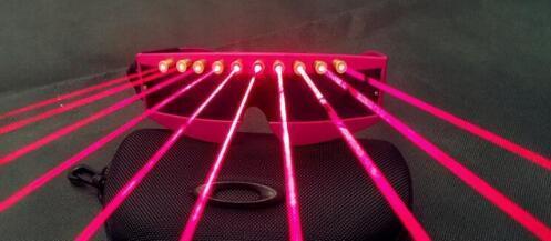 Abbaglia le bellissime signore rosa con occhiali laser a laser brillanti