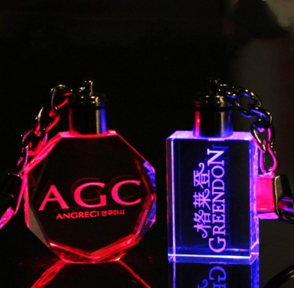 Personalisierte Design Lasergravur Muster Kristall Keychain LED Bunte ändernde Herzform Paar Schlüsselanhänger Mode Geschenk