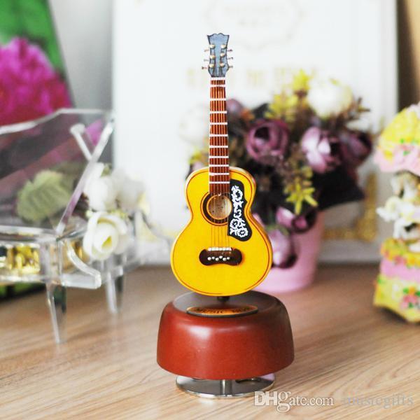 Freies Verschiffen Hand-gemachte Kunst-Minigitarre-Spieluhr-hölzerne Gitarre, die Spieluhr mit ledernem Fall dreht
