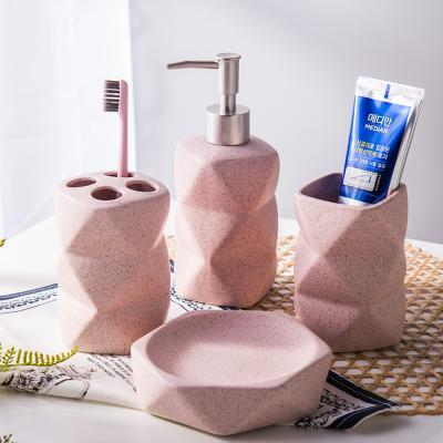 Sandpoint ceramics bathroom supplies cuatro piezas set kit de lavado Taza con forma inusual + botella de loción + portaescobillas + jabonera rosa / azul / verde