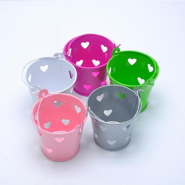 100pcs corazón colorido ahueca hacia fuera los cubos de la lata Mini cubo de la caja del caramelo de la boda Casamento chocolate Favors Boxes envío gratis
