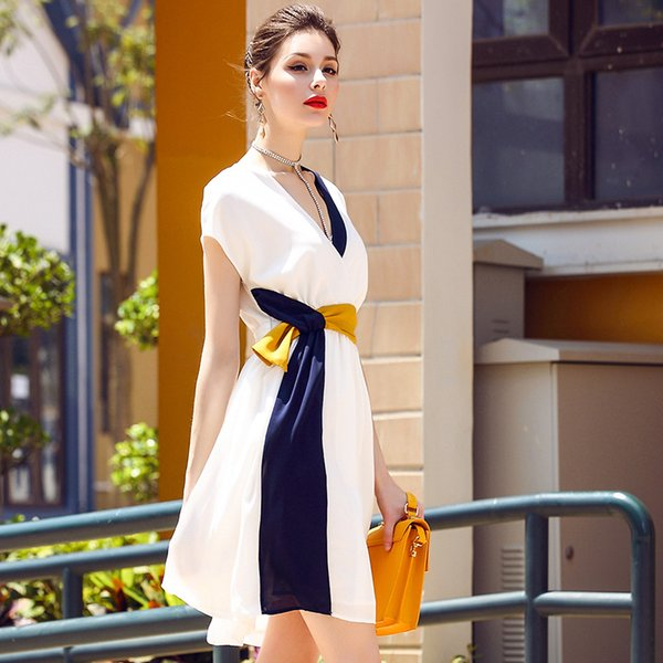 In 2017, the new pure color dress, v-neck, is stitched into a sleeveless and full-length skirt
